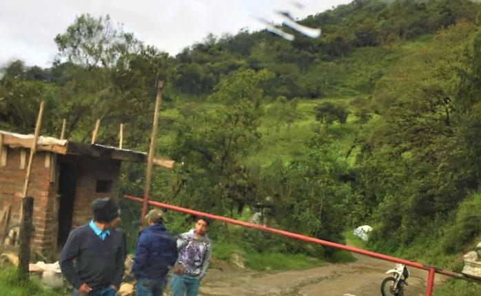 Comunidades afectadas por los anti mineros, protestaron en la Gobernación del Azuay.